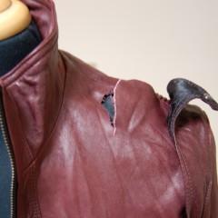レザージャケットのボタン装着部分裂け補修
