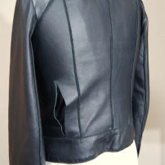 レザージャケットの背中側の切断箇所の修理