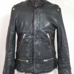 シングルライダースジャケットの袖が短いため、伸ばす