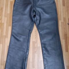 レザーパンツのローライズと裾にブーツ着用時用のファスナー取りつけ
