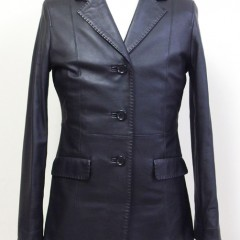 黒のレザーコートの長さを短く