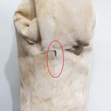 ムートンコートの脇の縫い目部分に穴