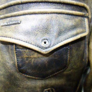 胸ポケットのボタンが取れてるので修理